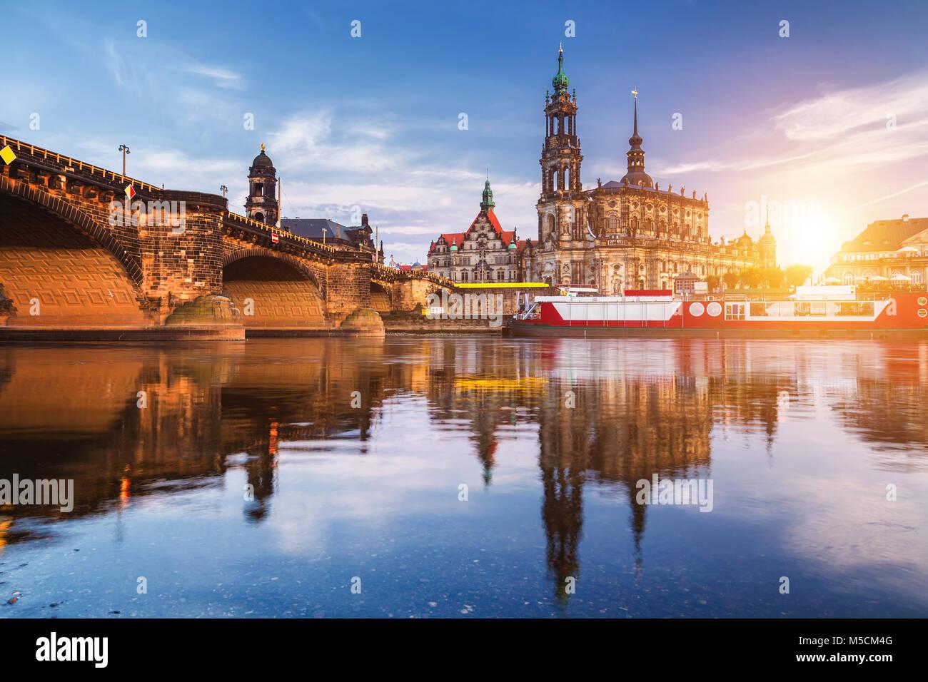 Dresden City Skyline Panorama an der Elbe und Augustus Brücke, Dresden, Sachsen, Deutschland Stockbild
