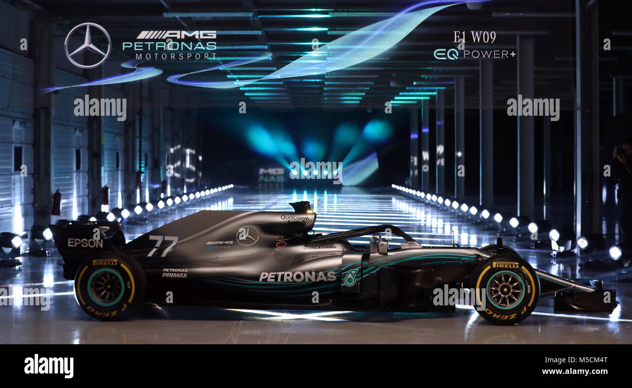 der neue mercedes w09 eq power w hrend der mercedes amg f1 2018 auto start in silverstone. Black Bedroom Furniture Sets. Home Design Ideas