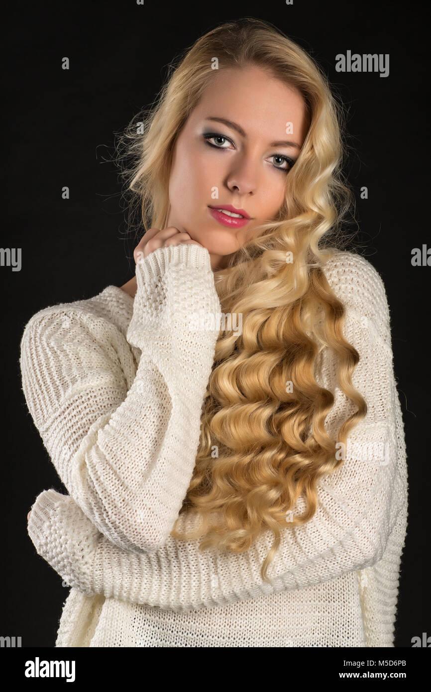 Junge Frau Blonde Locken Lange Haare Portrait Fashion Lifestyle