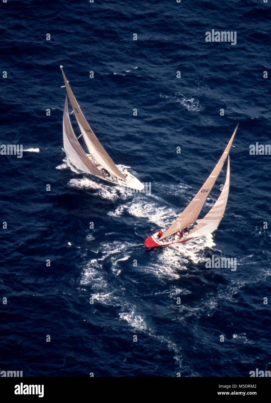 Freiheit, mit Skipper Dennis Conner (siehe unten), und Australien II, mit Skipper von John Bertrand Kreuz heften Stockbild