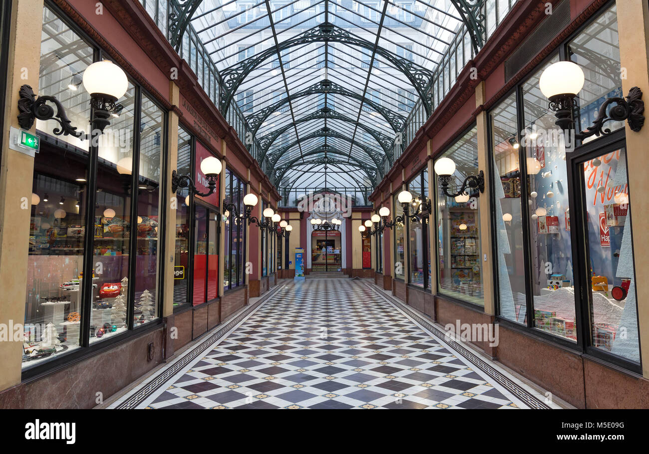 PARIS, Frankreich, 14. Juni 2017: das Innere der Passage des Princes 1860 zwischen Boulevard des Italiens und der Stockbild