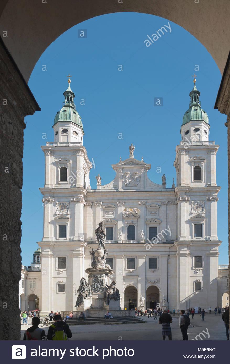 Salzburger Dom arch Kirche Domplatz Österreich Stockbild