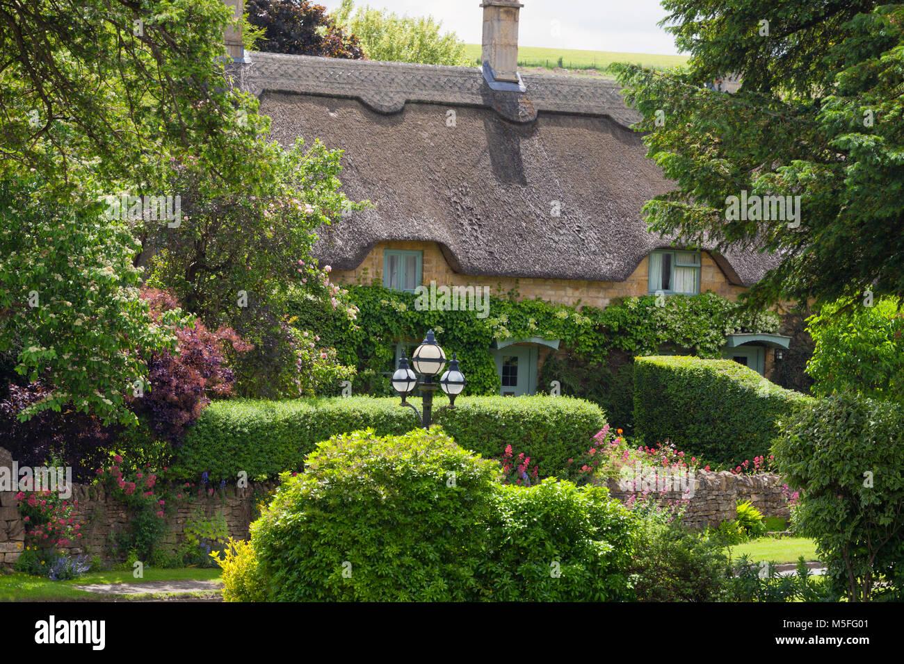 Englisches Cottage charmante strohdach englisches cottage in ländlichen landschaft