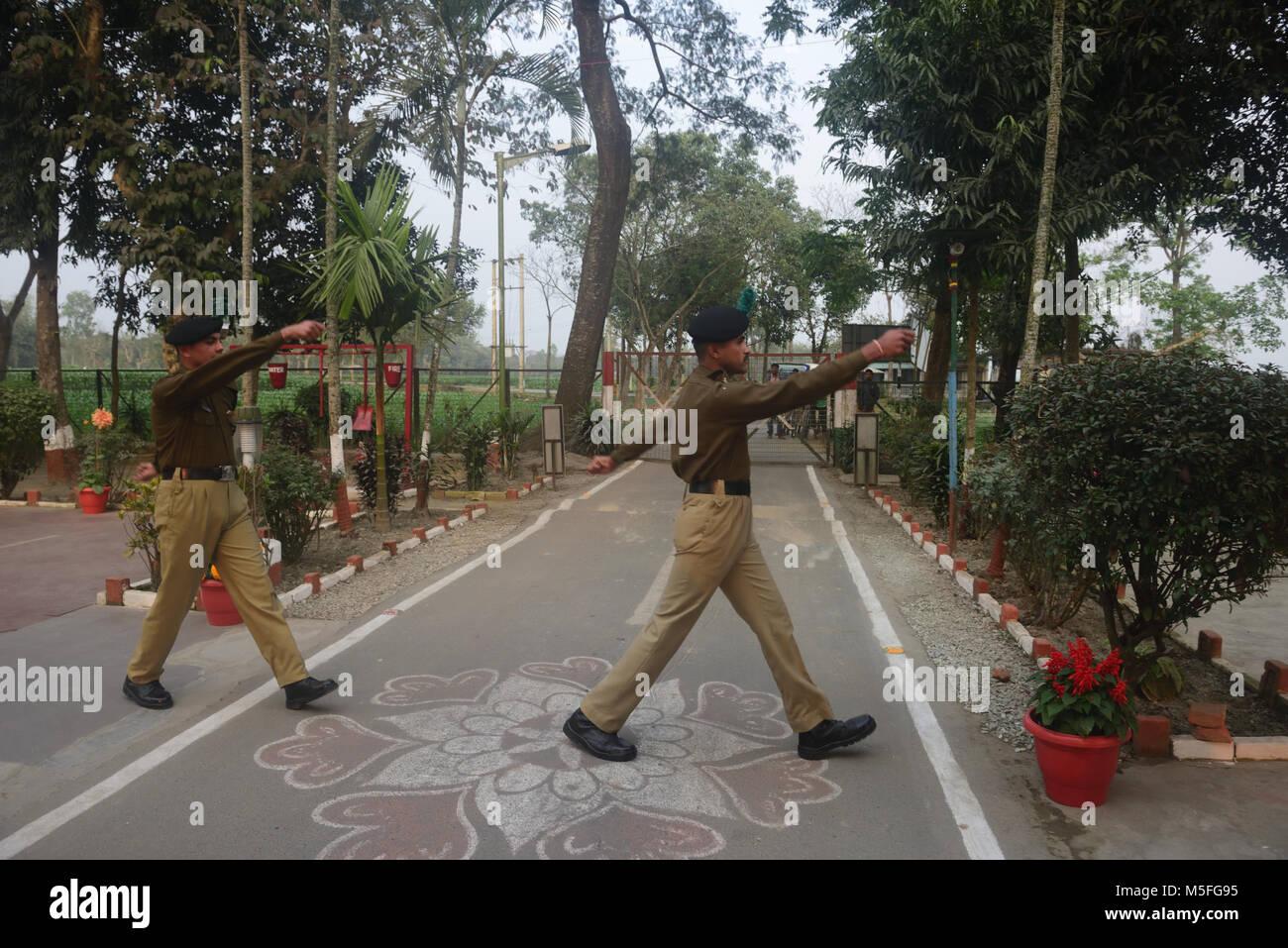 Coochbehar, Indien. 22 Feb, 2018. Indischen Grenze Sicherheitskräfte  Während Flagge Retreat Zeremonie