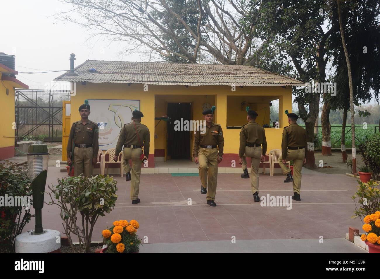 High Quality Coochbehar, Indien. 22 Feb, 2018. Indischen Grenze Sicherheitskräfte  Während Flagge Retreat Zeremonie