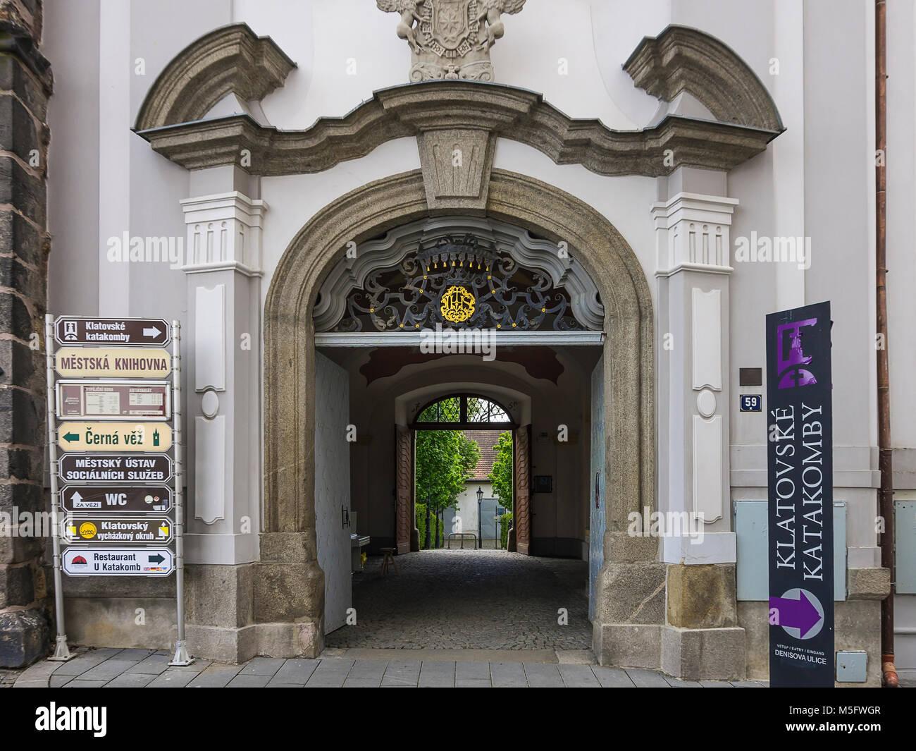 Klatovy, Tschechien-Portal und Gateway des historischen Architektur der heutigen Stadtbibliothek. Stockbild