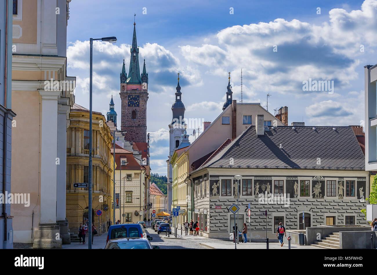 Klatovy, Tschechien - Straßenszene mit Blick entlang Planicka Gasse mit dem Schwarzen Turm und die Jesuitenkirche. Stockbild