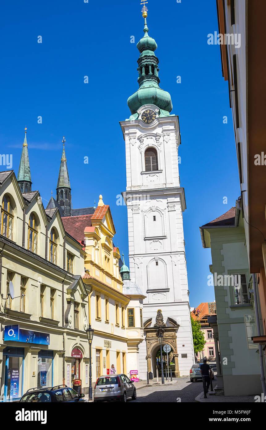 Klatovy, Tschechien - 20. Mai 2016: Blick auf den Weißen Turm, der Glockenturm der Pfarrkirche Archdean Kirche Stockbild