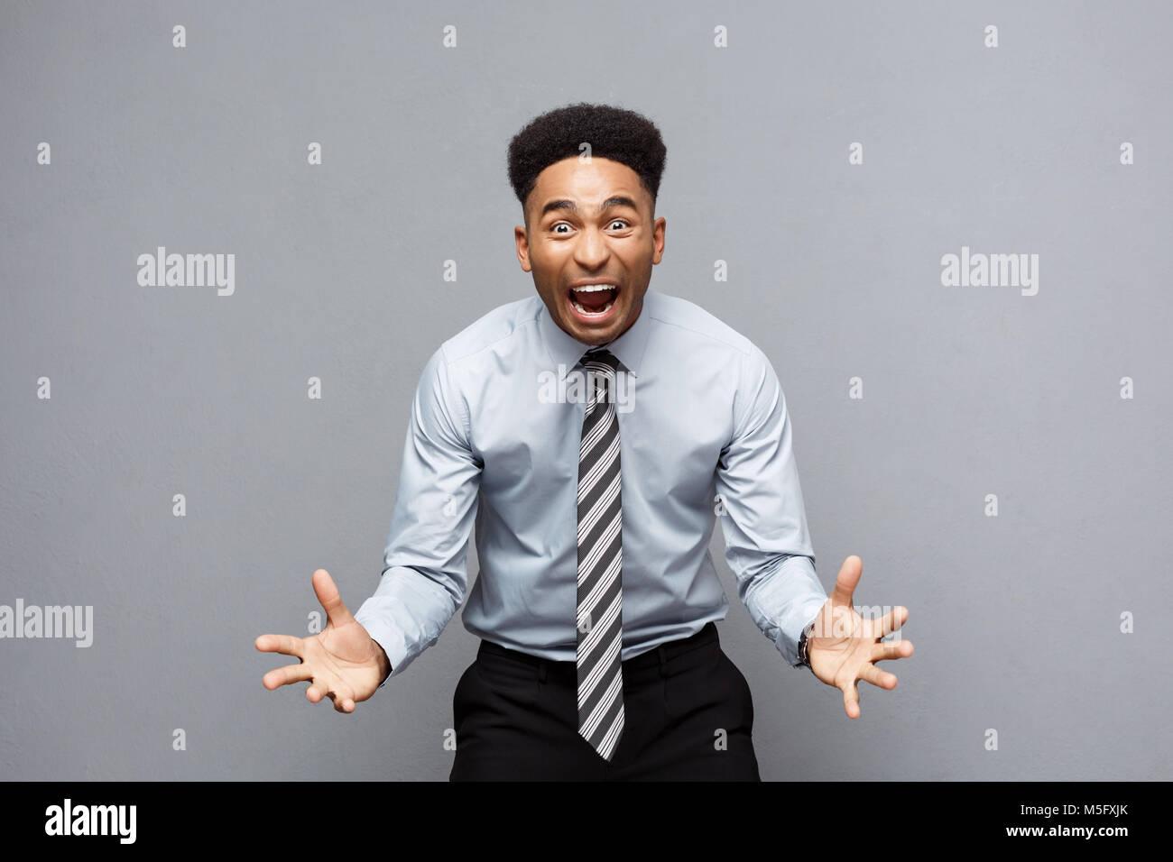 Geschäftskonzept - Zuversichtlich, fröhlicher junger afrikanischer Amerikaner mit Händen vor Ihm mit enttäuscht Stockfoto