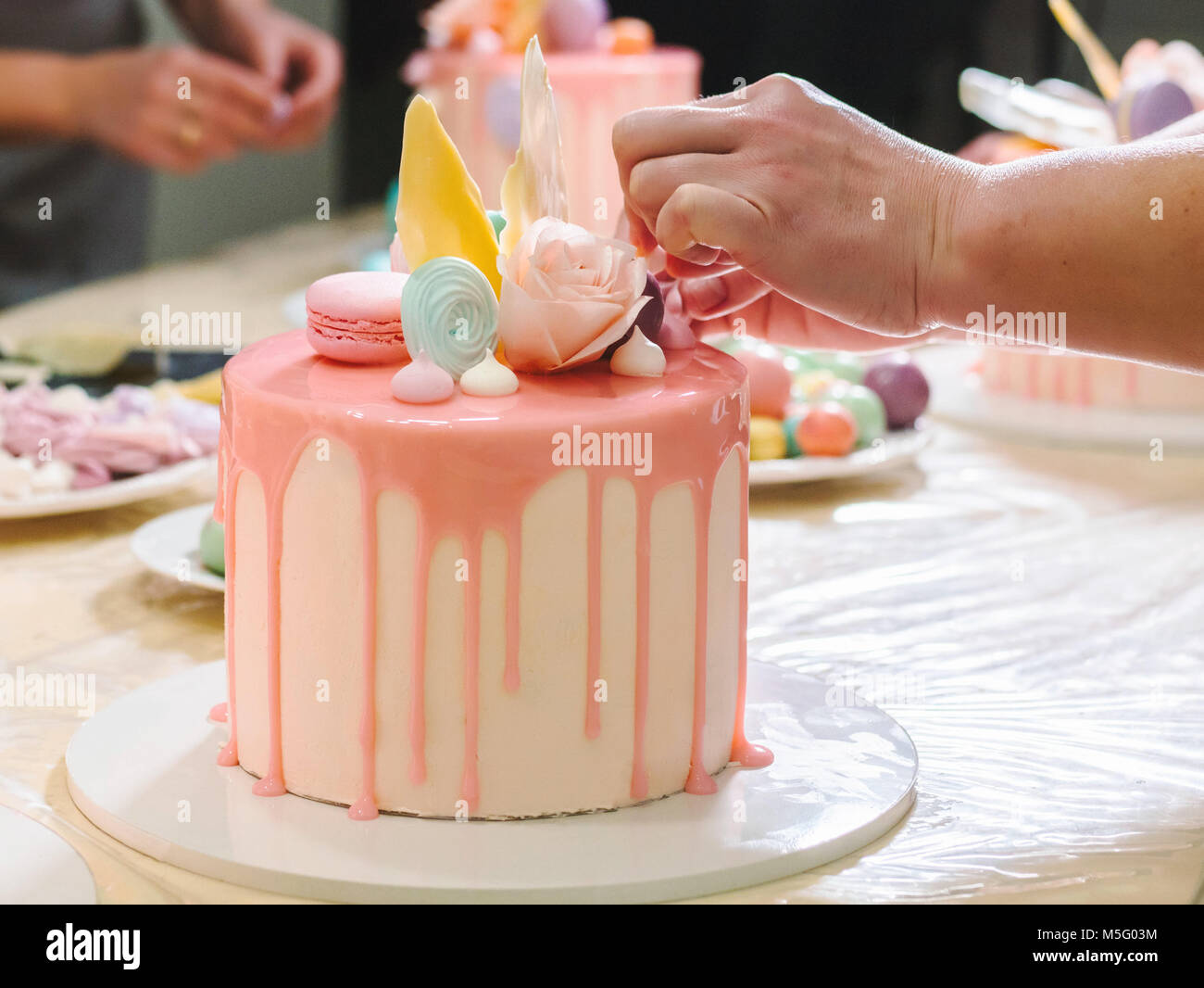 Nicht Erkennbare Frau Dekorieren Mousse Kuchen Glasur Hande Detail