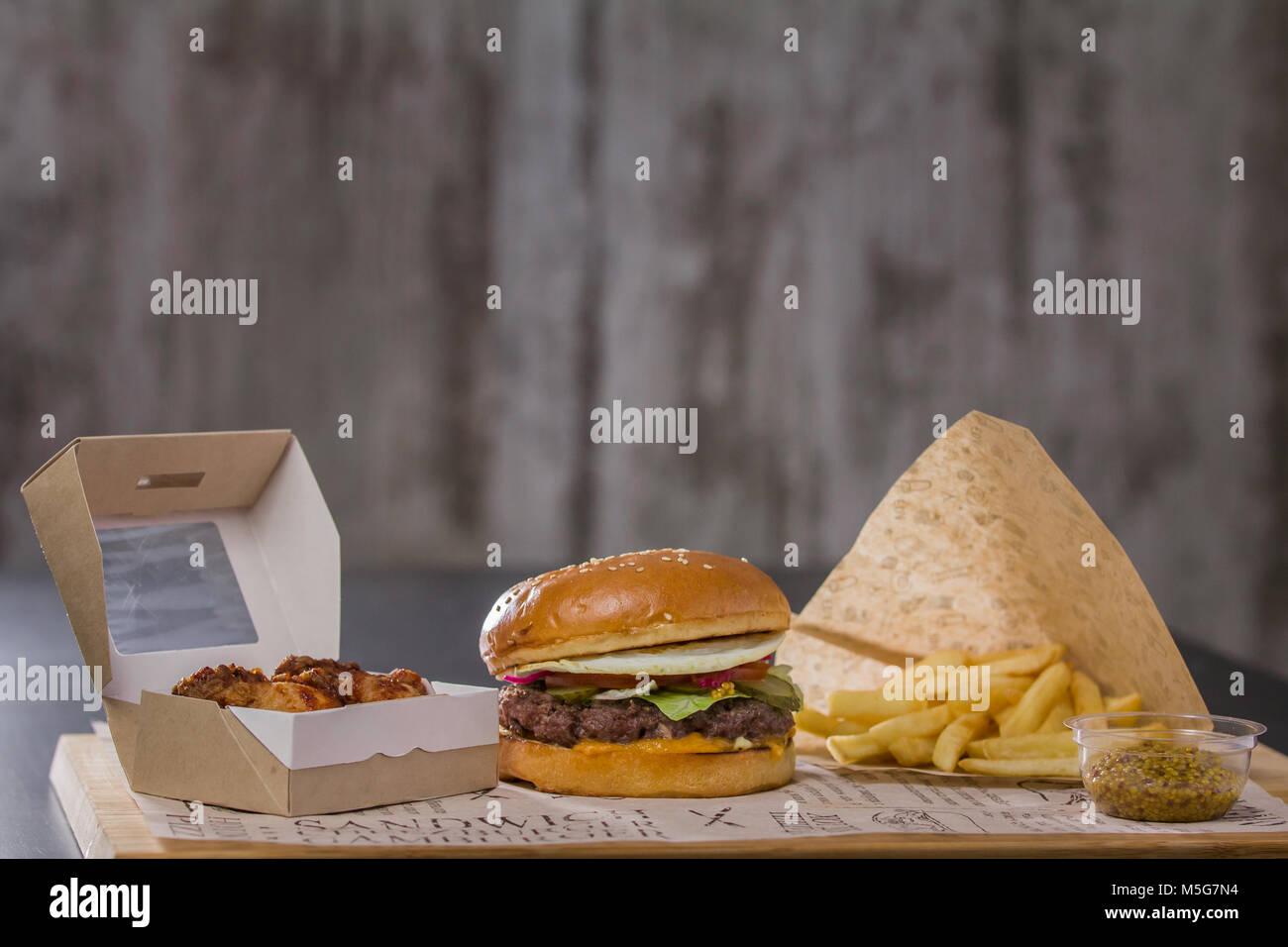 Lecker hamburger Mittagessen mit Kartoffeln und Fried Chicken Stockbild