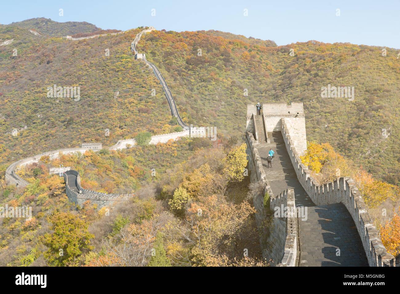 China die Große Mauer Fernsicht komprimierte Türme und wandsegmente Herbst in den Bergen in der Nähe Stockbild