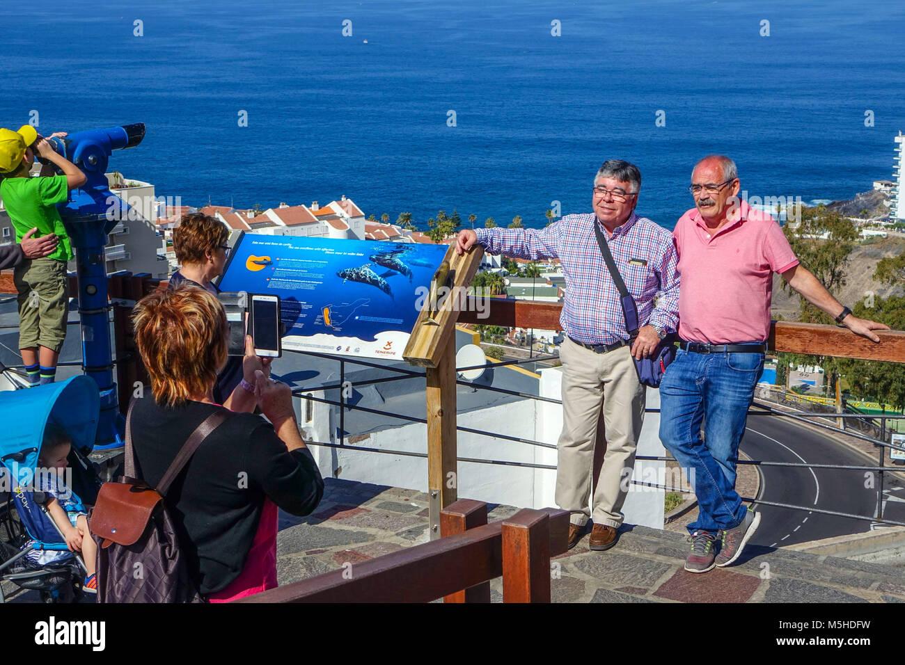 Los Gigantes Resort vom Ansatz Straße gesehen, Teneriffa, Spanien Stockbild
