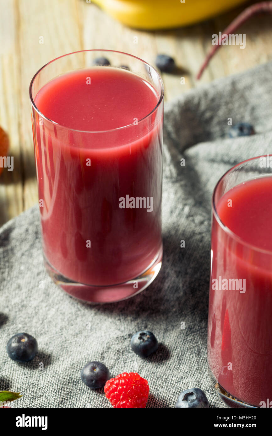 Raw Organic rote Beere Saft Smoothie in einem Glas Stockfoto