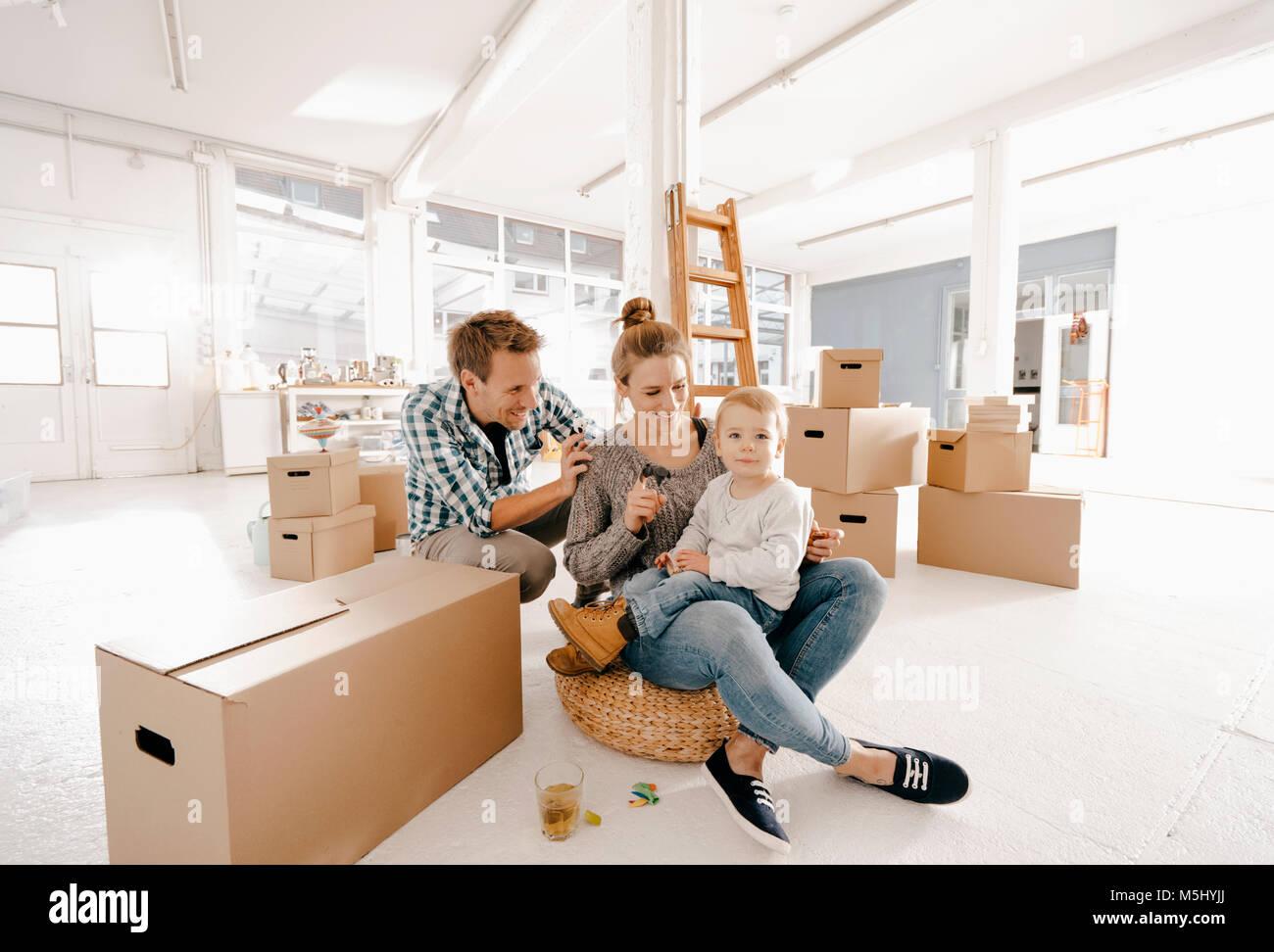 Glückliche Familie, in neue Home Stockbild
