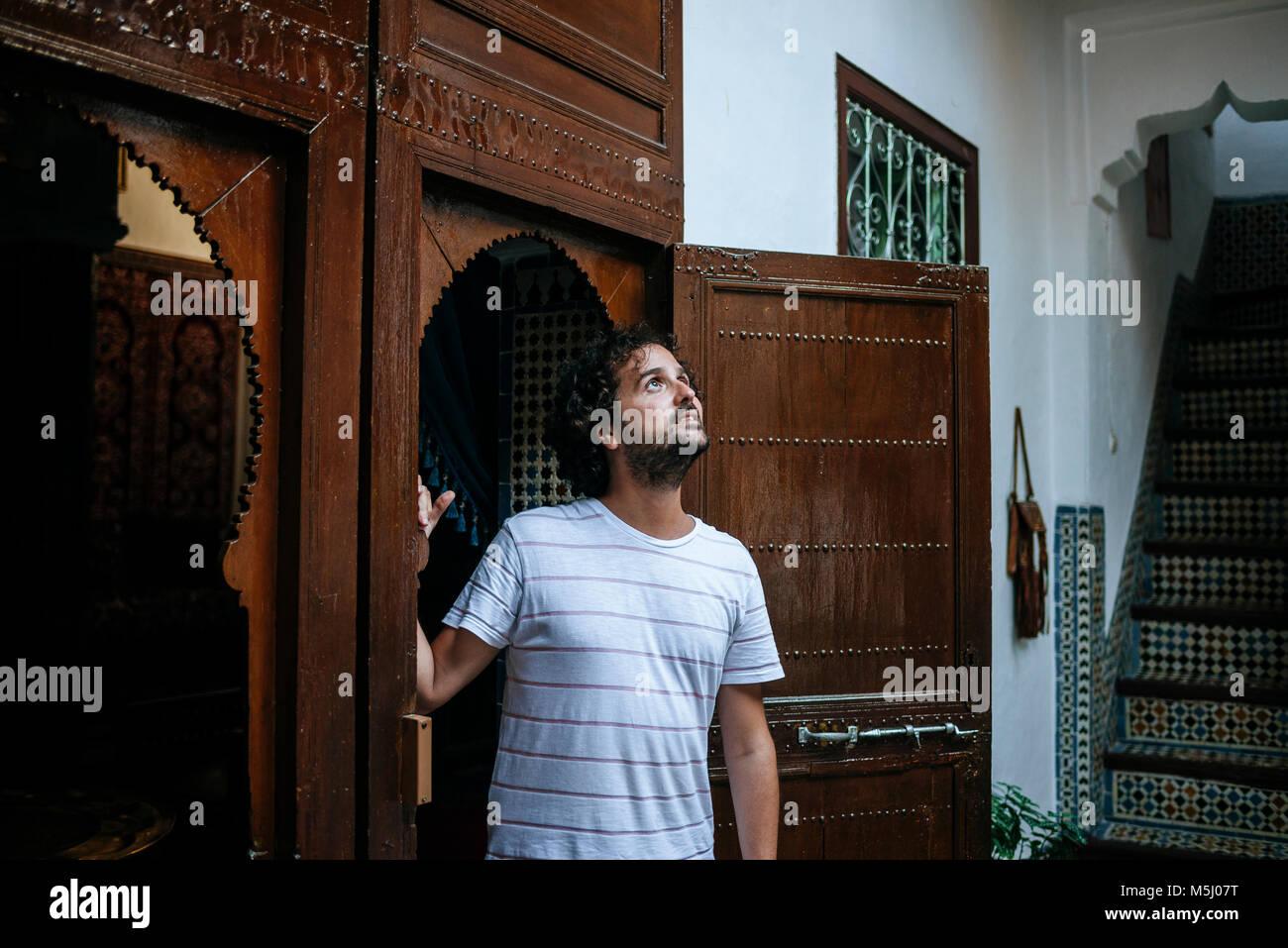 Marokko, Tanger, touristische traditionell marokkanische Architektur bewundern Stockbild