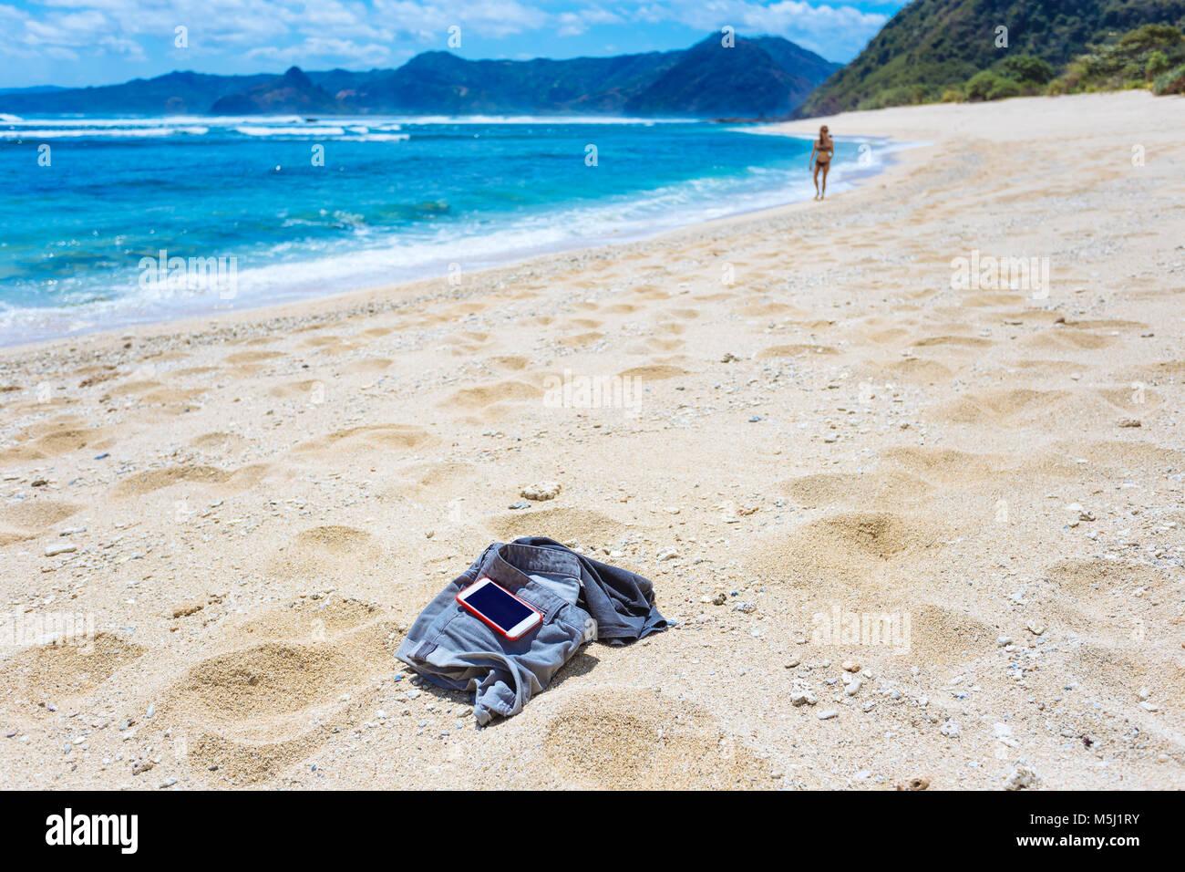 Indonesien, Lombok, Frau am Sandstrand Stockbild