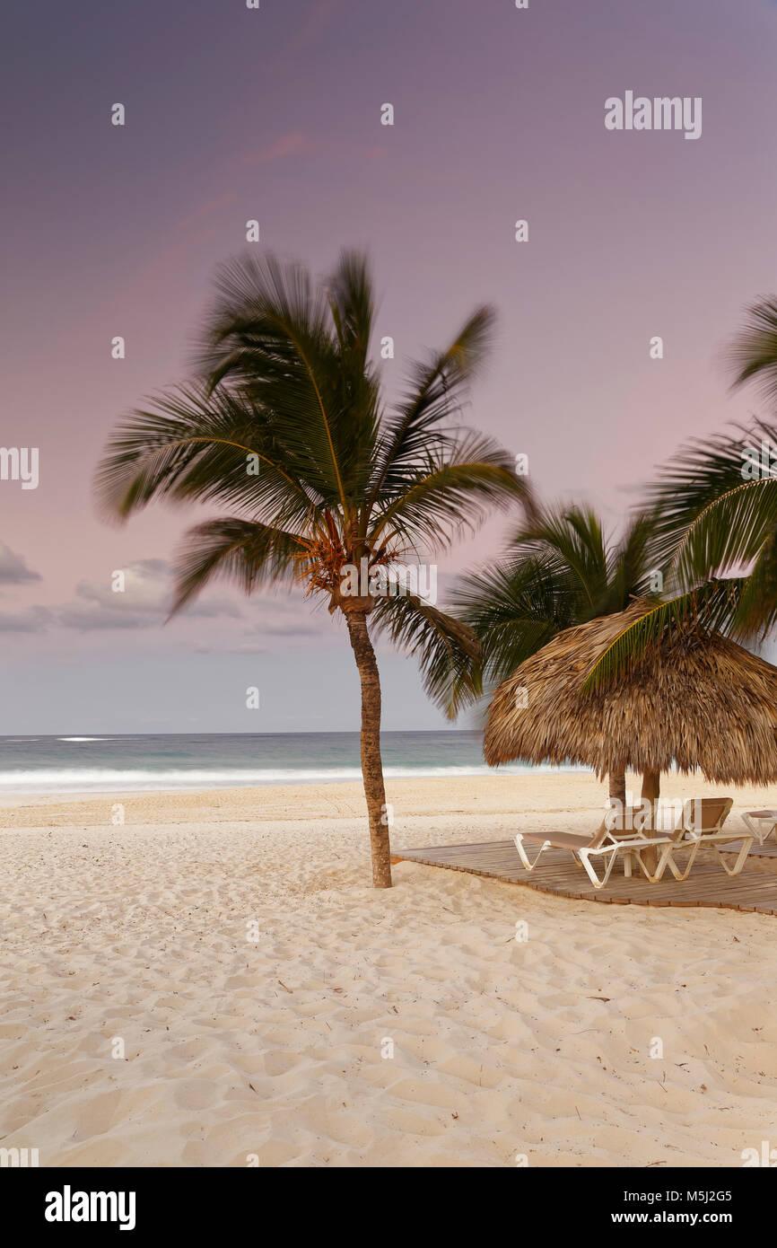 Karibik, Dominikanische Republik, Punta Cana, Playa Bavaro Strand bei Sonnenuntergang Stockbild