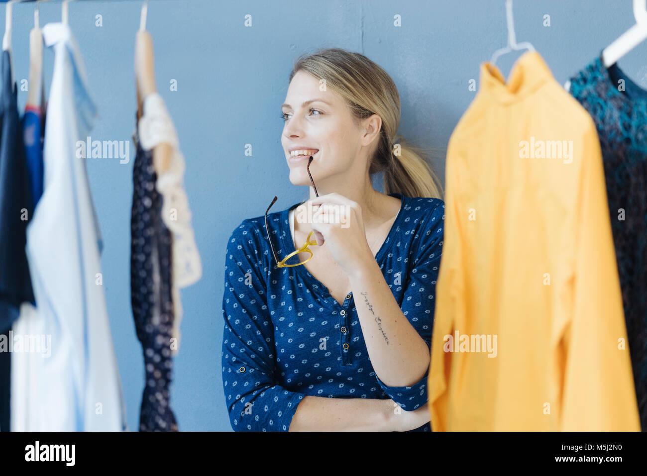 Portrait von Happy Fashion Designer in Ihrem Studio Stockfoto