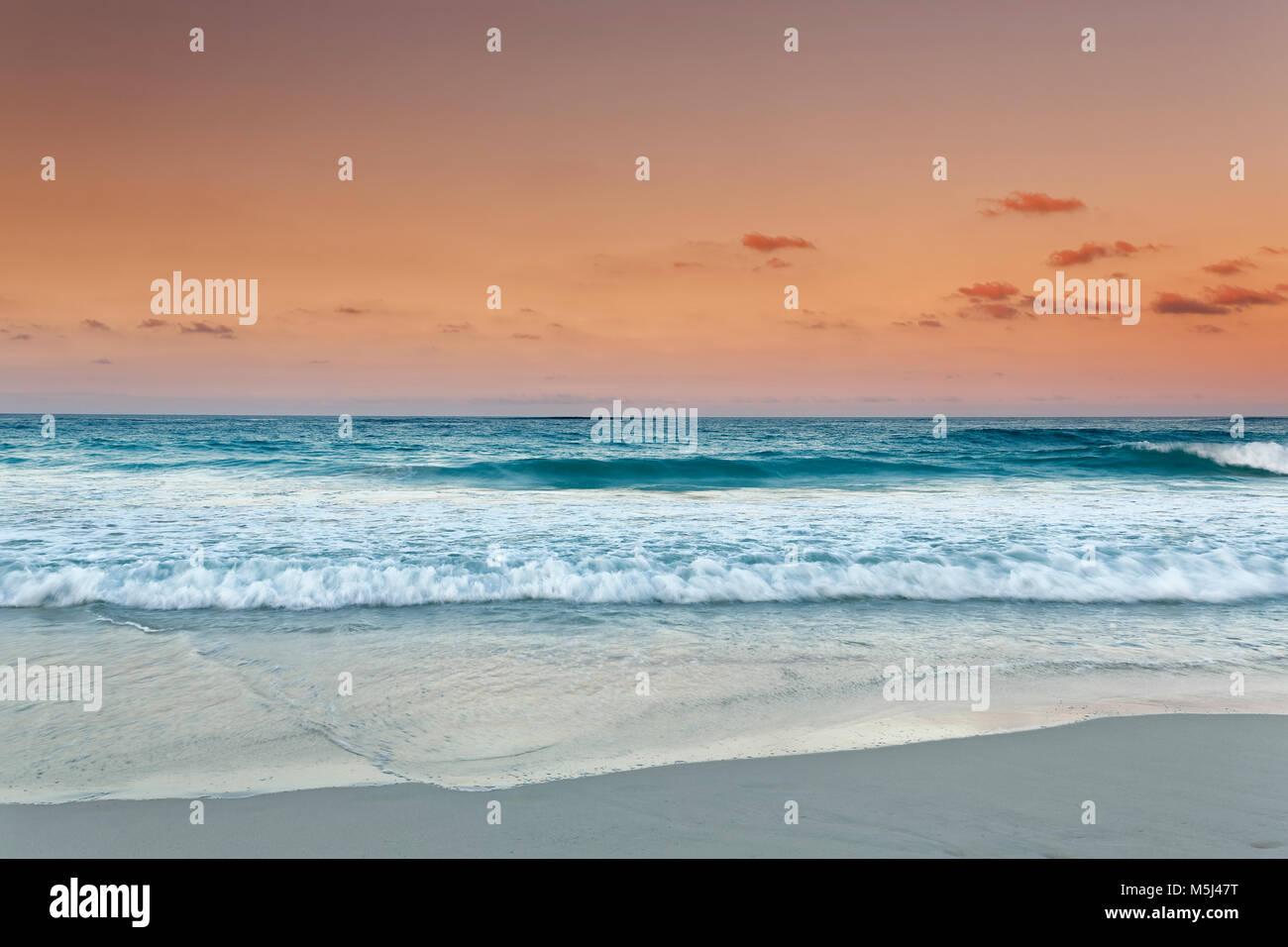 Karibik, Dominikanische Republik, Punta Cana, Playa Bavaro, Blick auf das Meer bei Sonnenuntergang Stockbild