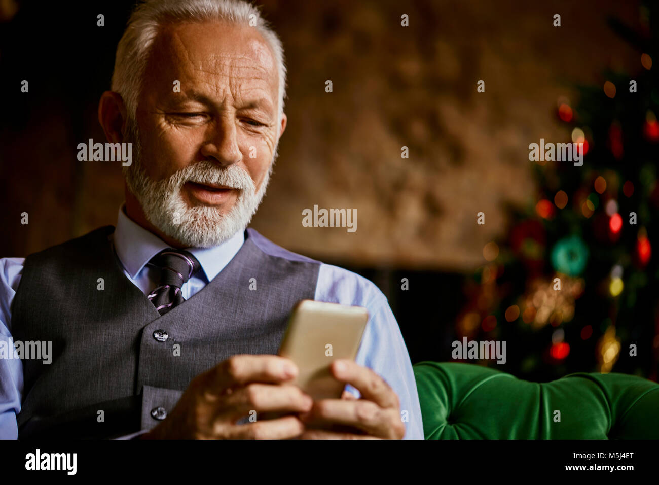 Elegante älterer Mann mit Handy Stockbild