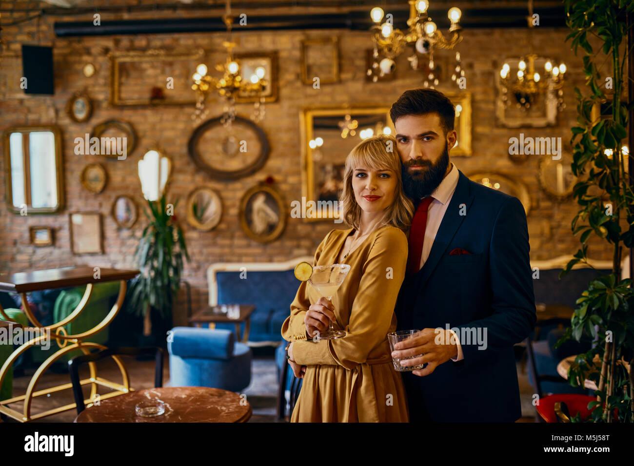 Portrait von elegantes Paar Drinks in einer Bar Stockbild