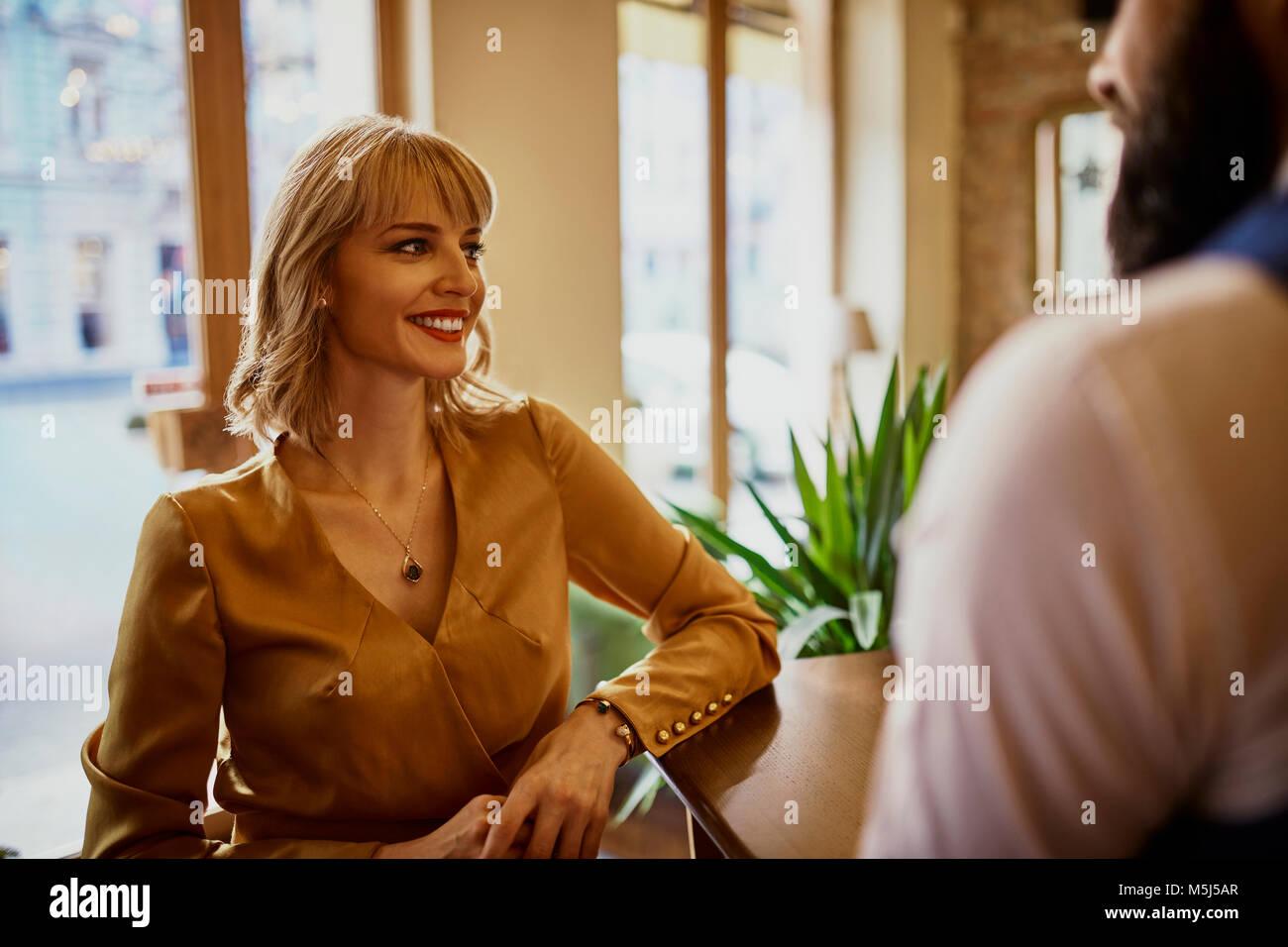 Elegante lächelnde Frau mit Mann in eine Bar Stockbild