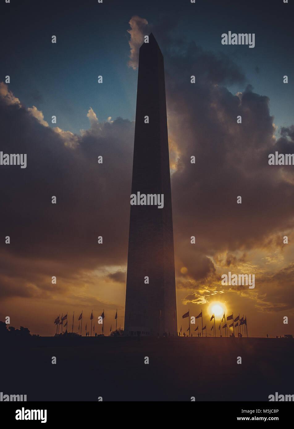 Washington Monument bei Sonnenuntergang Himmel, DC, USA, Bild vertikal Stockbild