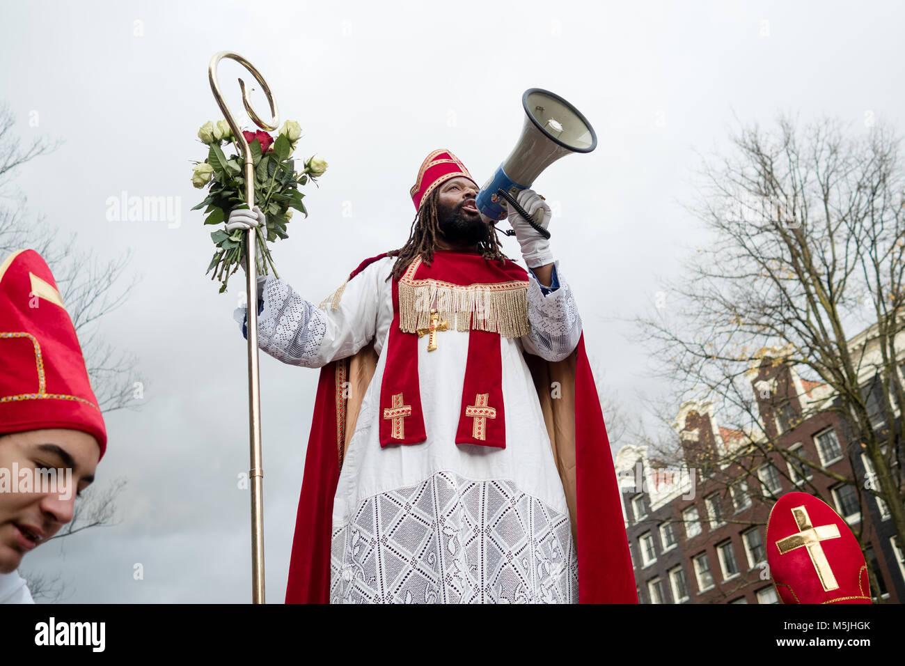 """Die """"Nieuwe Sint"""" angeboten rote und weiße Rosen als Botschaft der Liebe, der Freundschaft und des Stockbild"""