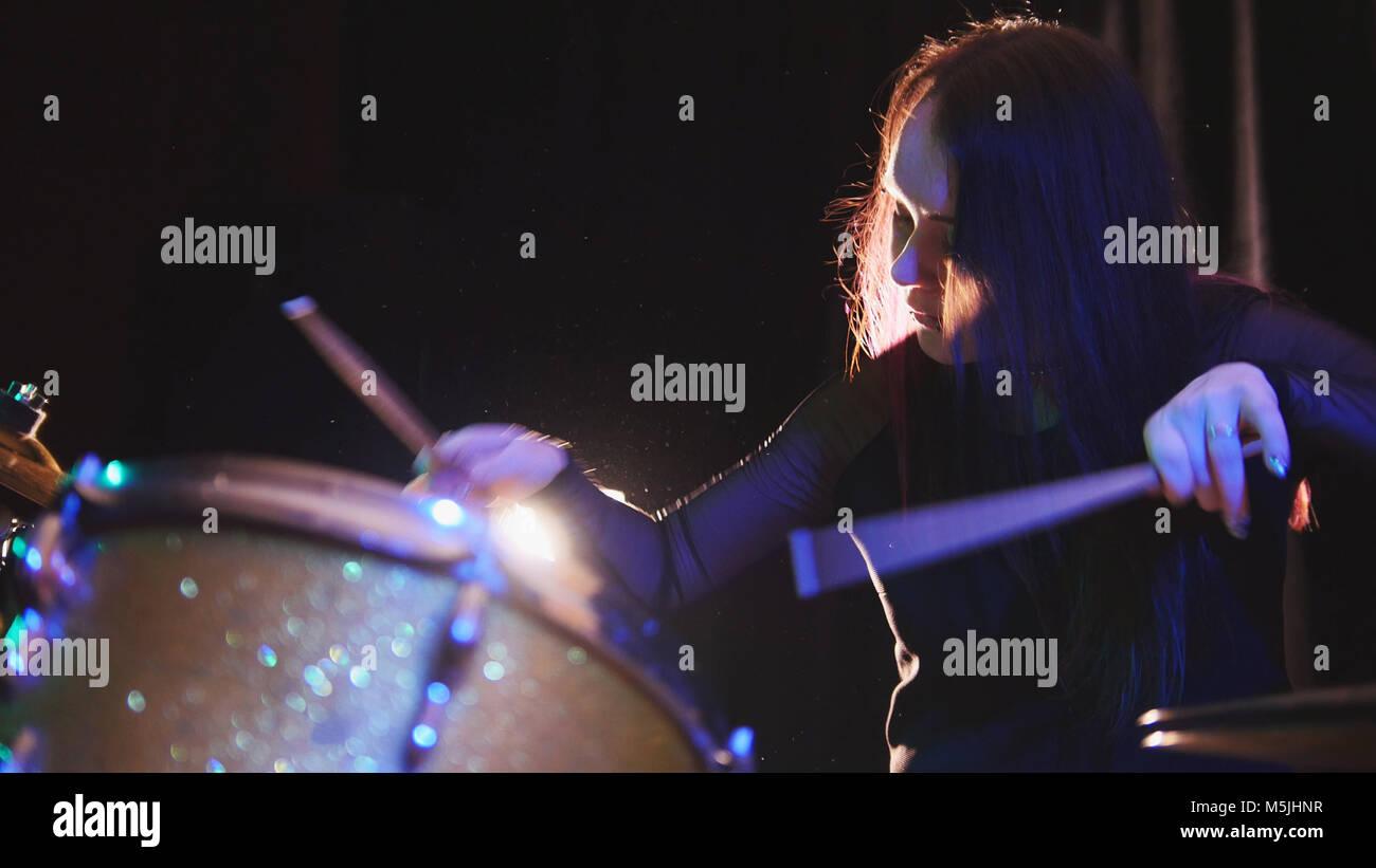 Leidenschaftlich Mädchen mit langen Haaren - percussion Schlagzeuger durchzuführen Musik brechen - jugendlich Stockbild