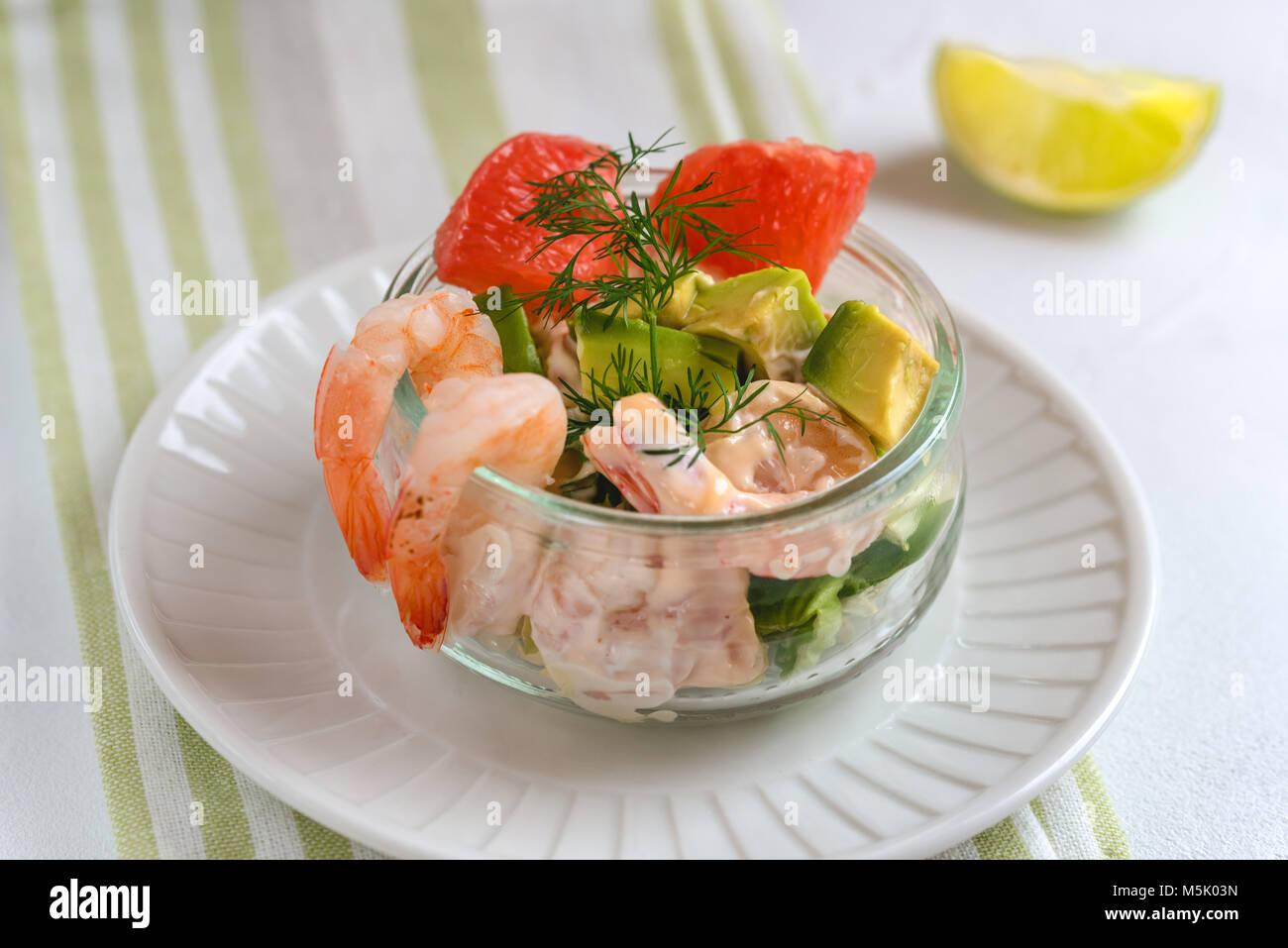 Cocktail Salat mit Garnelen, grüner Salat, Avocado, Grapefruit und ...