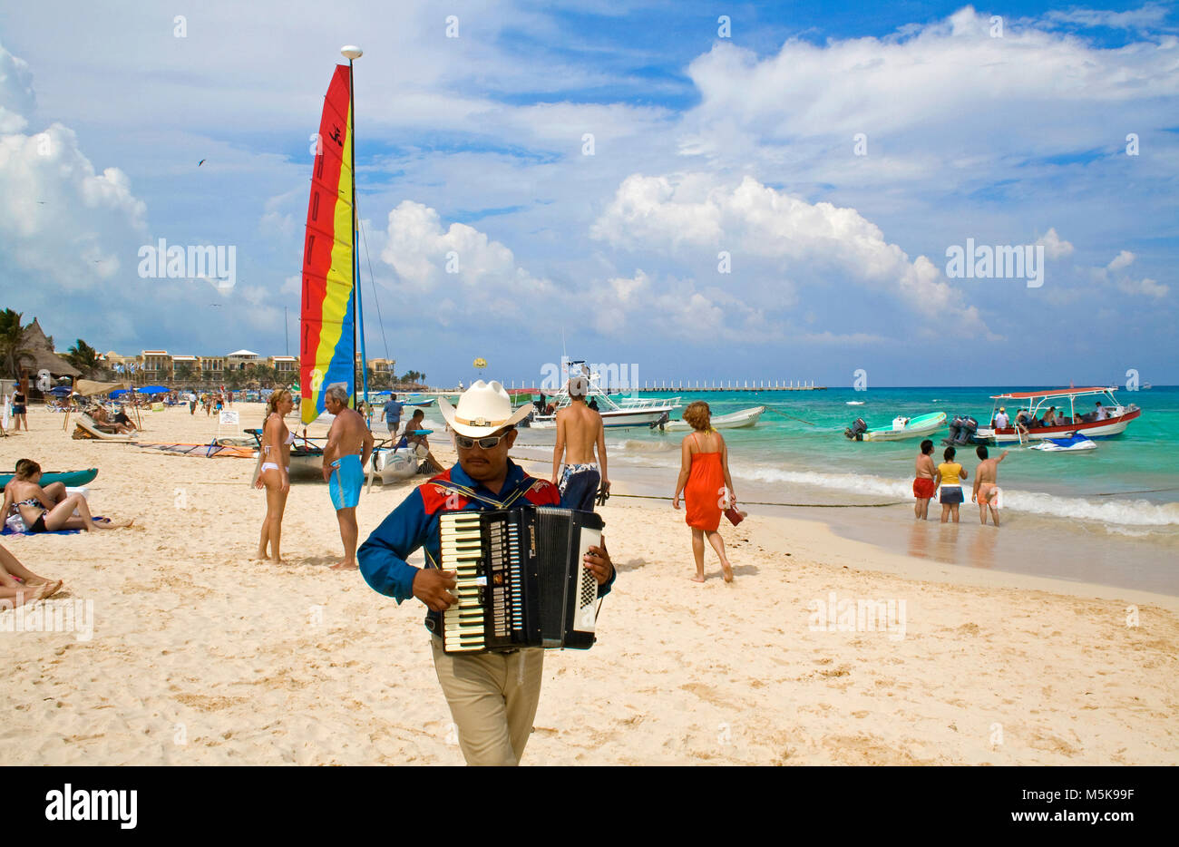 Mexikanische Mann spielt Akkordeon am Strand von Playa del Carmen, Mexiko, Karibik Stockbild