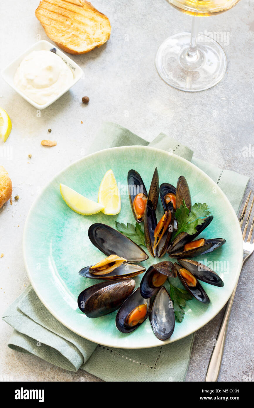 Immer noch leben, Restaurant abendessen. in Weißwein-Sauce gekocht mit einem Glas Weißwein, weißes Stockbild