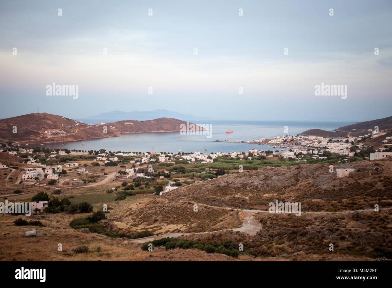 Die Fähre fährt von Serifos Hafen bei Sonnenuntergang Zeit. Kykladen, Griechenland Stockbild