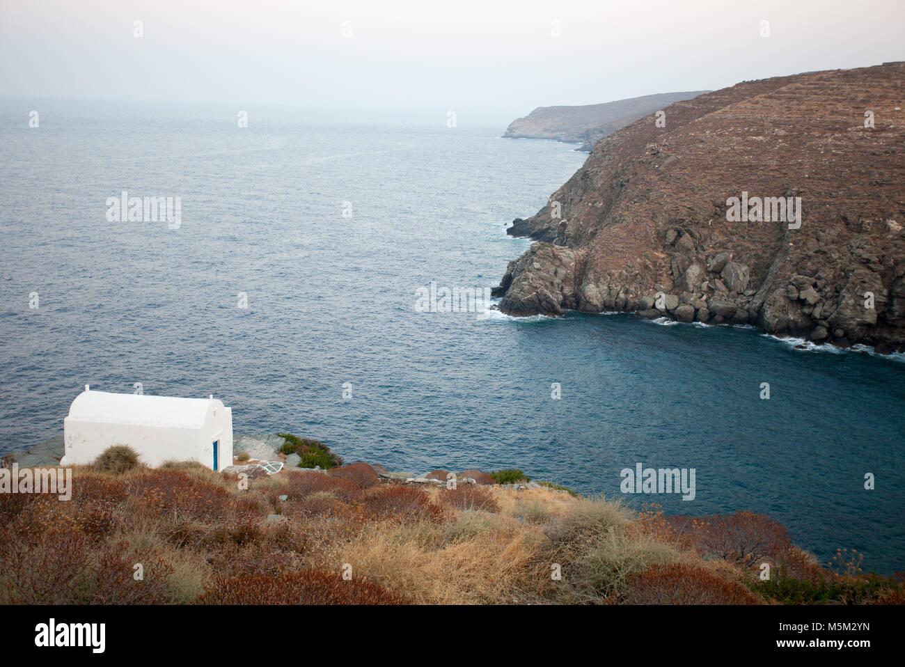 Einem weiß getünchten Kirche, Insel Sifnos, Kykladen, Griechenland. Mediterran gedeckten Farben Farbpalette Stockbild