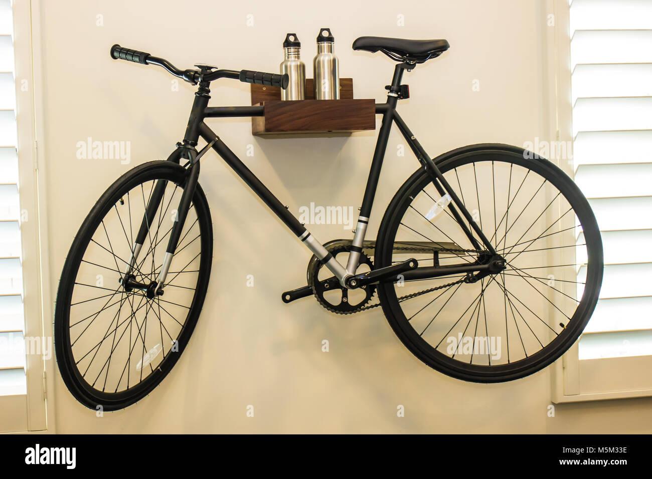 Fahrrad Hängen An Schlafzimmer Wand Als Dekoration Stockfoto Bild