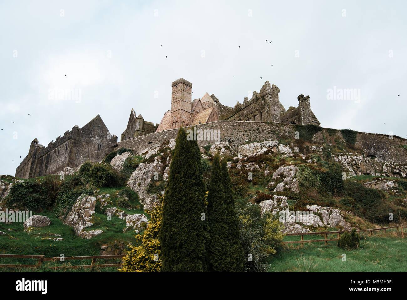 Alten irischen Schloss erzählt Schwänzen von Alt wie Krähen fliegen um Stockbild