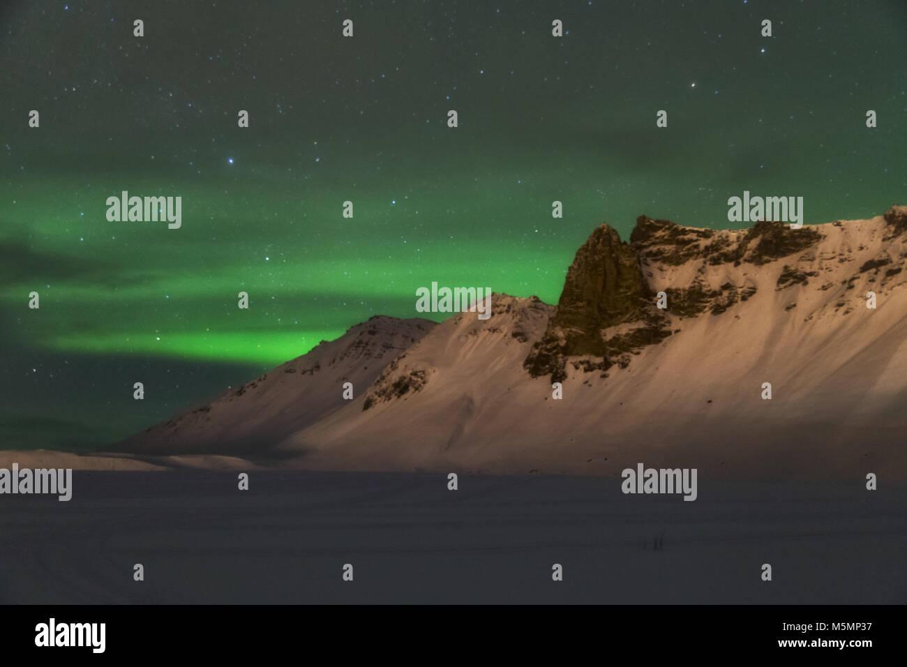 Aurora borealis über die Berge ist Island Stockbild