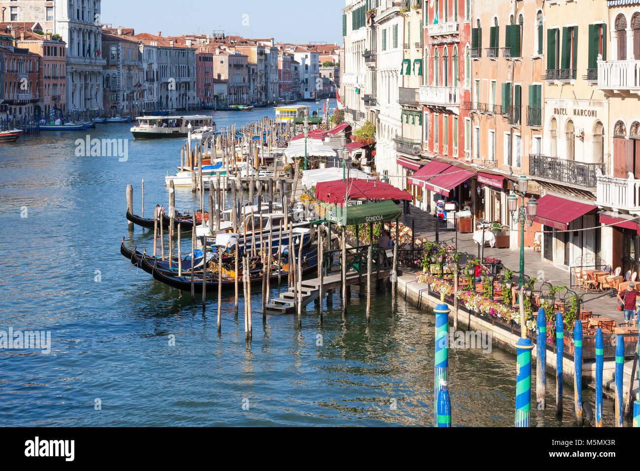 Grand Canal und Riva del Vin bei Sonnenaufgang Venedig, Venetien, Italien, gesehen von der Rialtobrücke mit Stockbild