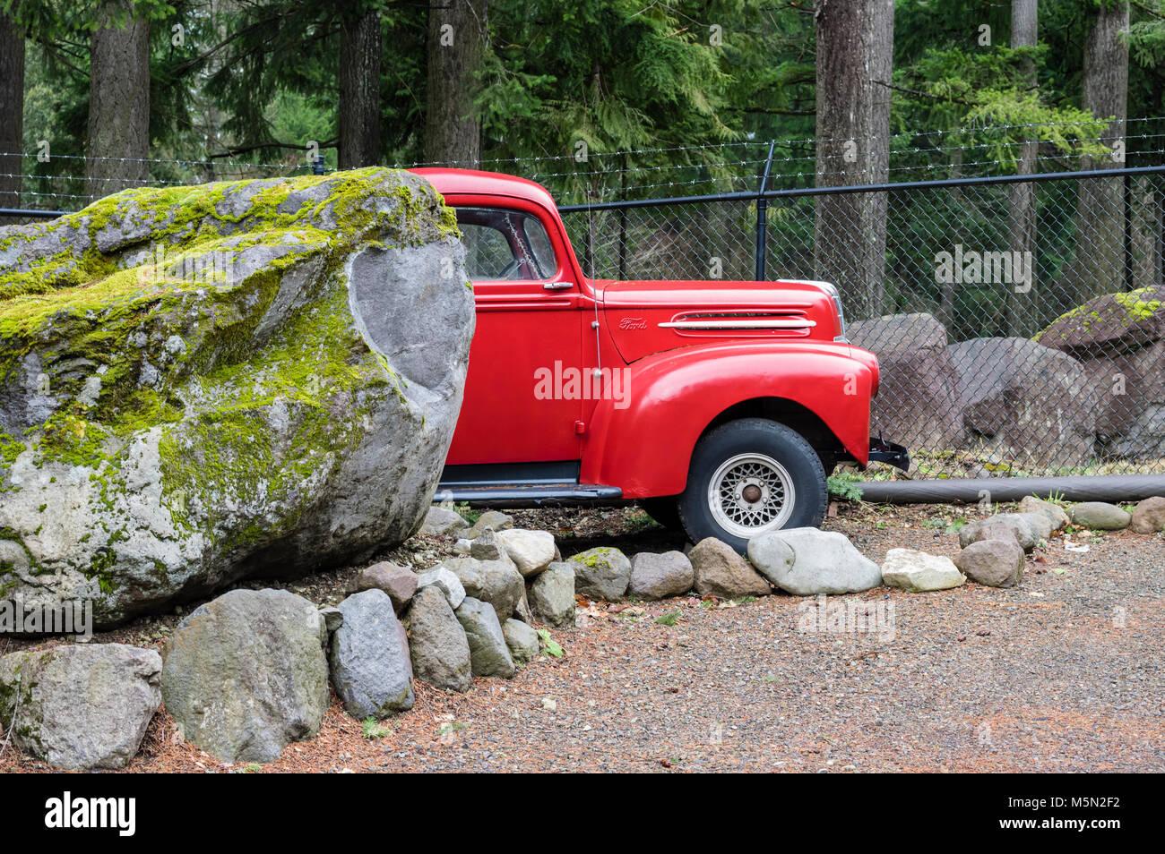 Wiederhergestellten roten Ford Pickup truck in ein Außenlager. Stockbild