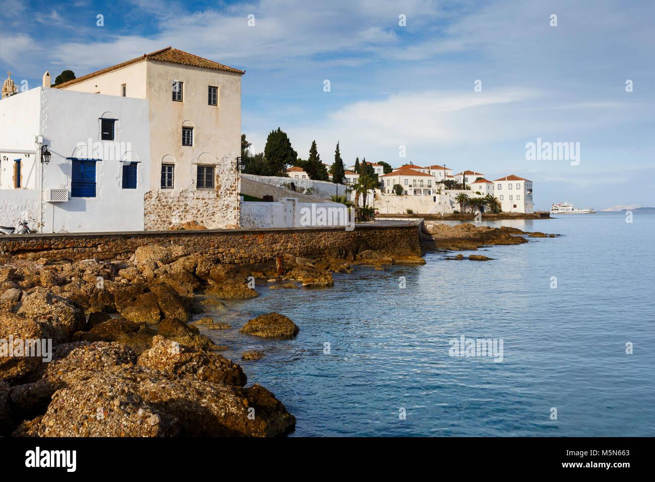 Traditionelle Architektur in Spetses, Griechenland direkt am Meer. Stockbild