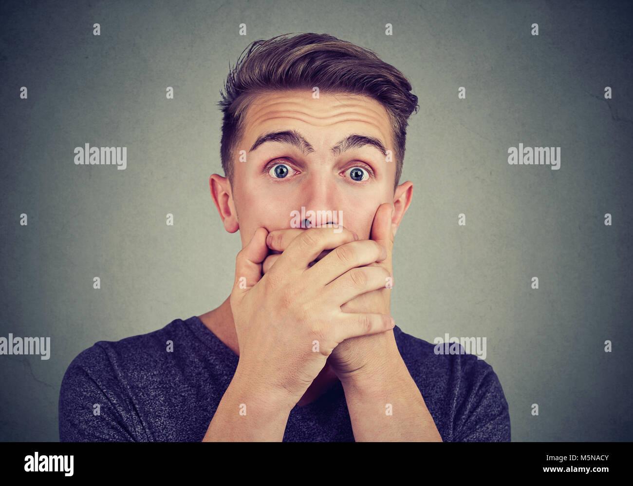Portrait einer jungen ängstlichen Mann mit schockiert Angst Gesichtsausdruck an Kamera suchen Stockbild