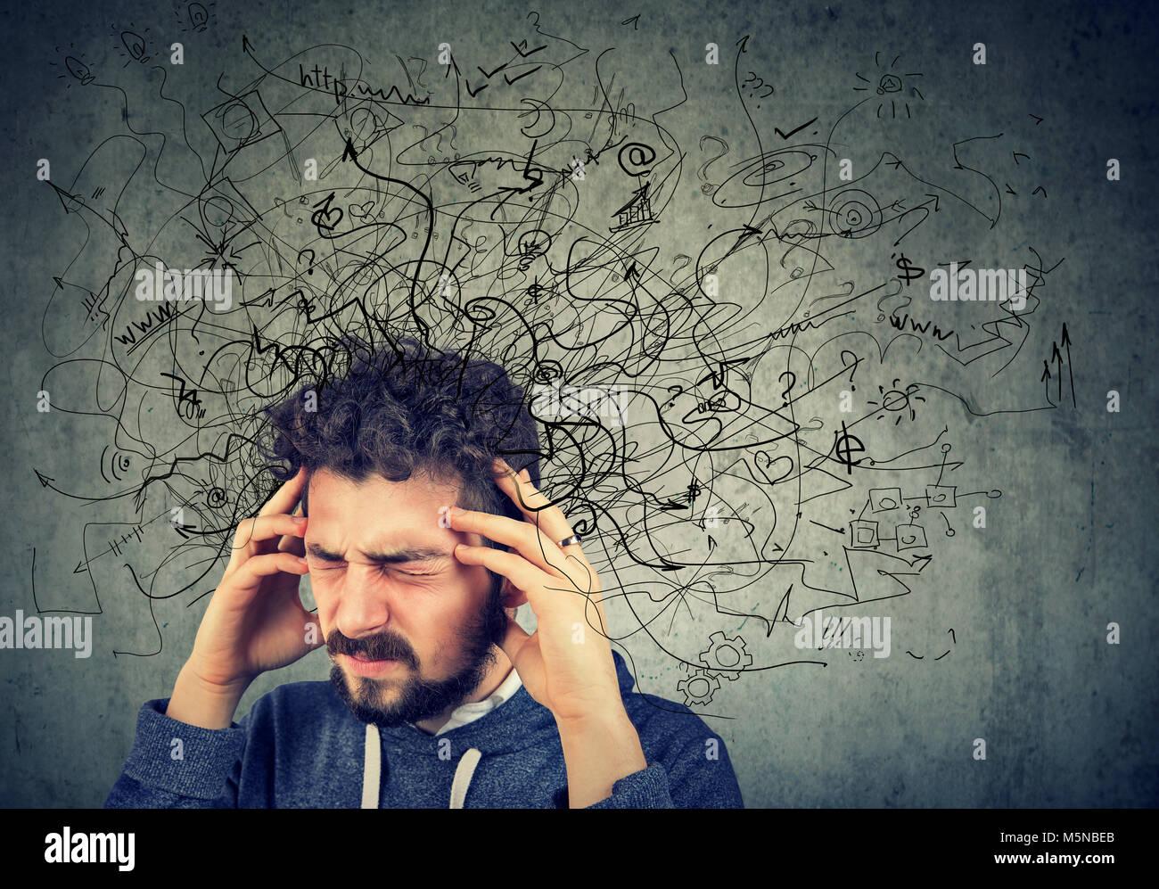 Nachdenklich betonte junger Mann mit einem Chaos in seinem Kopf. Stockbild
