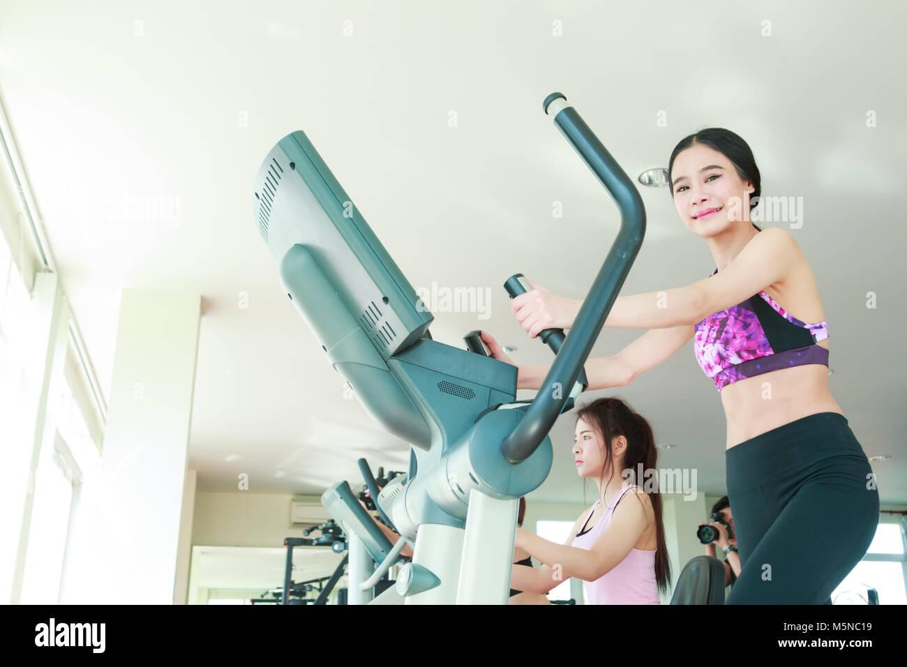 Gerne fröhliche Sportler Ausbildung auf dem Heimtrainer. Stockbild