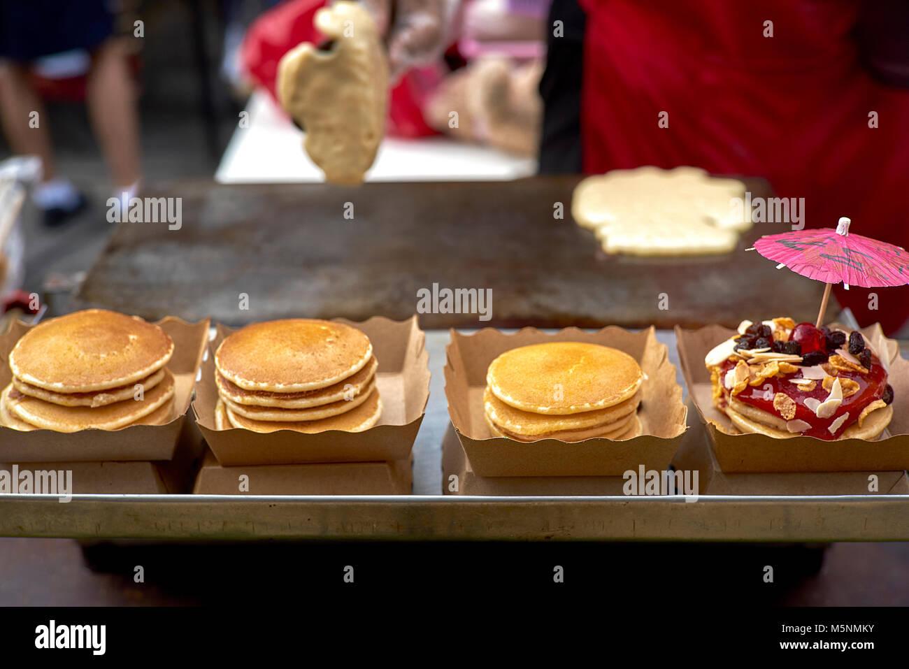 Thailand Street Food vendor vorbereiten und Dekorieren gefüllte Pfannkuchen. Von amerikanische Pfannkuchen Stockbild