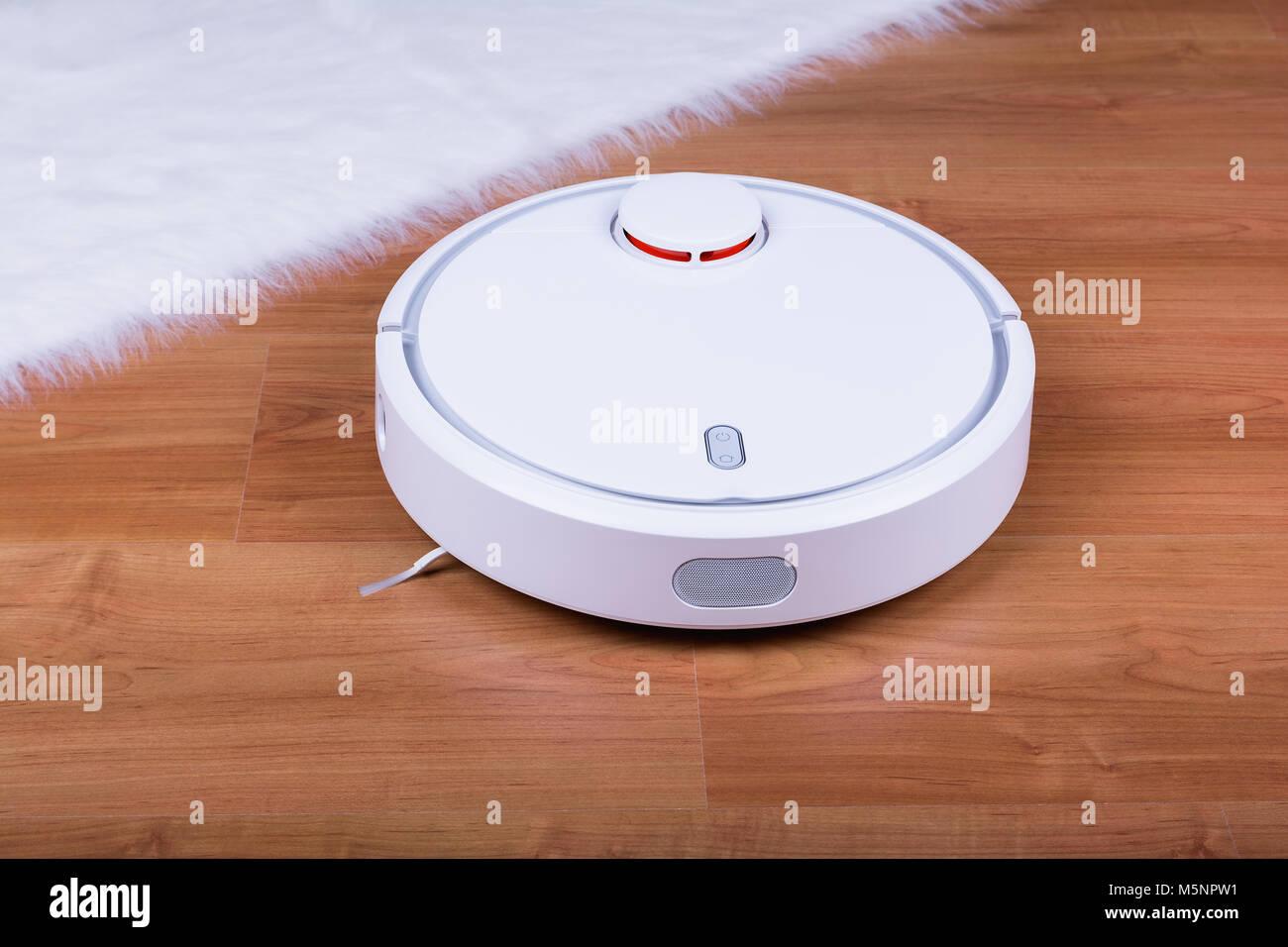Fußboden Roboter ~ Staubsauger roboter auf laminat fussboden stockfoto bild