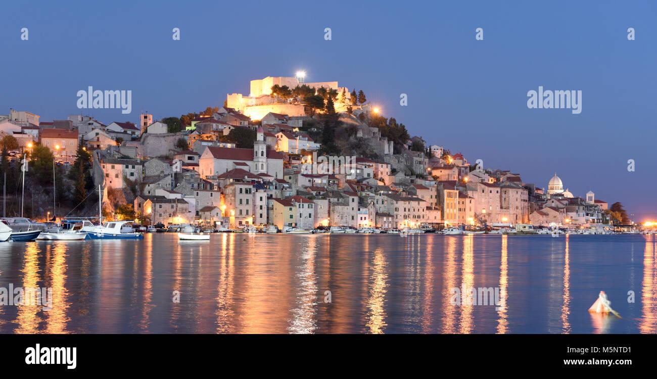Sibenik Altstadt bei Nacht, Kroatien Stockbild