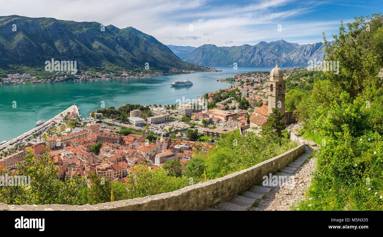 Panorama Aussicht auf die Altstadt von Kotor an der berühmten Bucht von Kotor an einem sonnigen Tag im Sommer, Stockbild