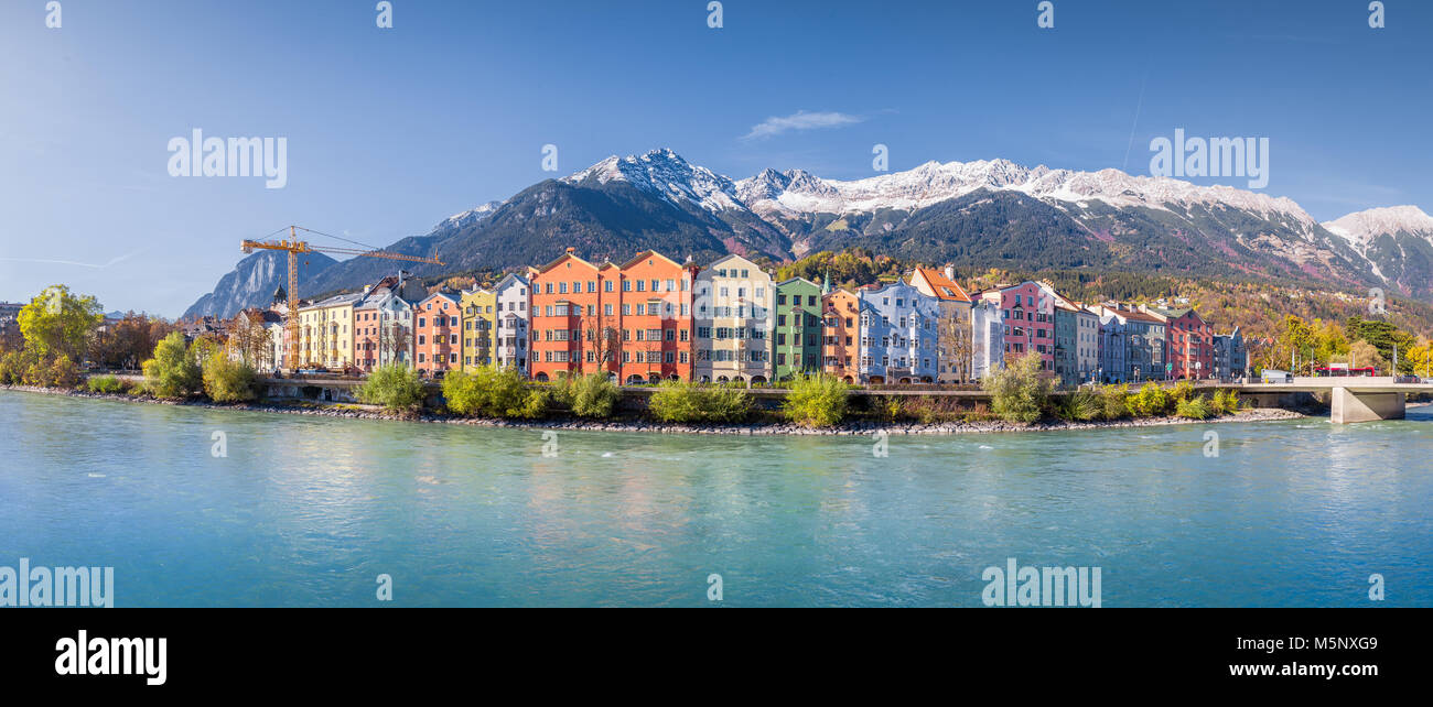 innsbruck stadt panorama mit bunten h usern entlang inn. Black Bedroom Furniture Sets. Home Design Ideas