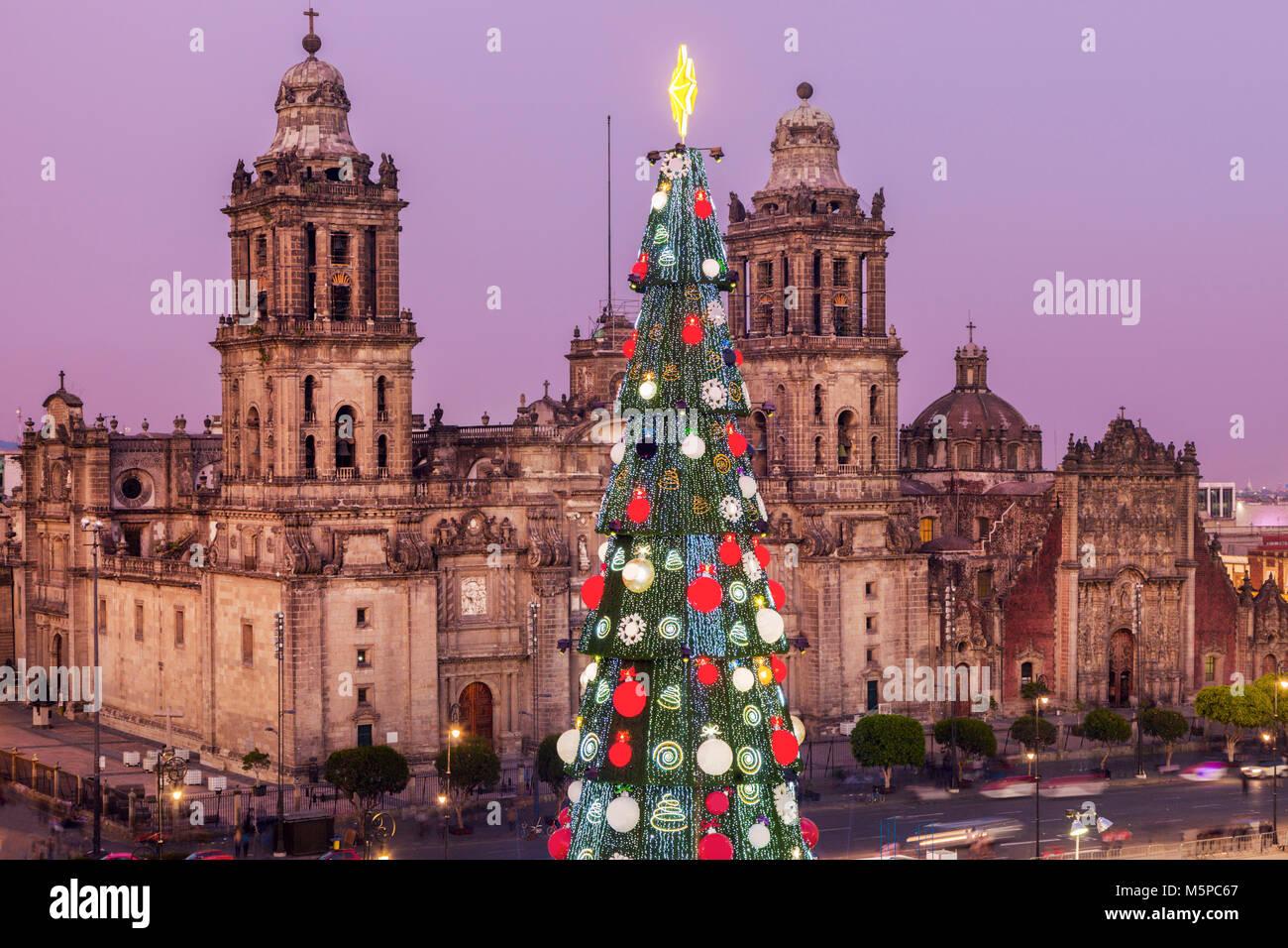 weihnachten in mexiko stadt metropolitan kathedrale und weihnachtsbaum auf zocalo platz. Black Bedroom Furniture Sets. Home Design Ideas